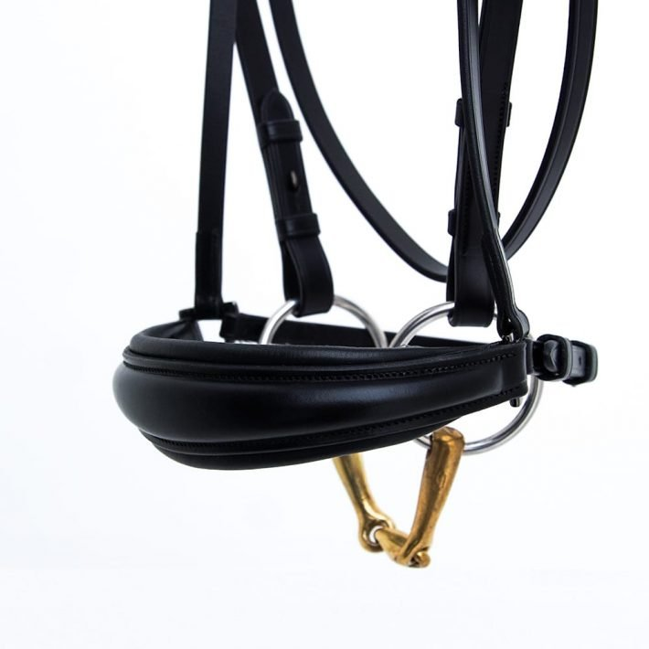 ALEQUI drop noseband black anatomical neckpiece dressage closeup